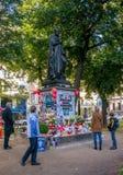 Munich, Alemanha - 16 de outubro de 2011: Os povos memoráveis temporários Michael Jackson giraram sobre o monumento para Orlando  Fotos de Stock Royalty Free