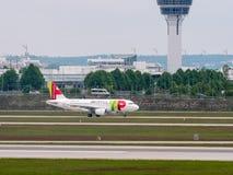 Munich, Alemanha/Gemany 16 de maio de 2019: O jato de Air Portugal taxiing após a aterrissagem no aeroporto MUC de munich fotografia de stock royalty free