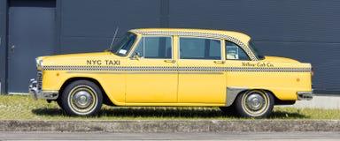Munich, Alemanha - junho 25,2016: Táxi de táxi amarelo americano do vintage fotos de stock royalty free