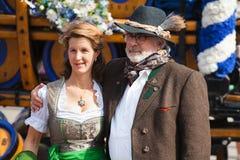Munich, Alemanha-setembro 27,2017: Acople o homem e a mulher na roupa bávara tradicional no Oktoberfest imagens de stock royalty free