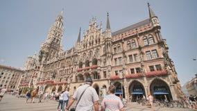 Munich, Alemania - 5 de agosto de 2018: Nuevo ayuntamiento en el cuadrado de Marienplatz en Munich almacen de metraje de vídeo
