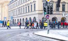 Munich, Alemania - 16 de febrero de 2018: La gente con las banderas paquistaníes demuestra en las banderas que llevan de la ciuda Fotos de archivo