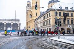 Munich, Alemania - 16 de febrero de 2018: La gente con las banderas paquistaníes demuestra en las banderas que llevan de la ciuda Imagenes de archivo