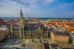 Munich, Alemania - 30 de julio de 2015: Imagen espectacular que muestra el edificio hermoso del ayuntamiento, tomado del alto par Foto de archivo libre de regalías