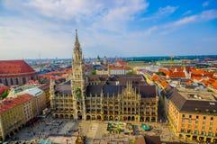 Munich, Alemania - 30 de julio de 2015: Imagen espectacular que muestra el edificio hermoso del ayuntamiento, tomado del alto par Fotos de archivo
