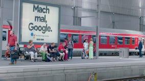 Munich, Alemania - 1 de junio de 2018: Las llegadas de los pasajeros con el DB de la región entrenan en Alemania
