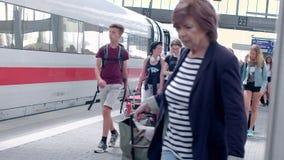Munich, Alemania - 1 de junio de 2018: Llegadas de los pasajeros con el tren del HIELO en Alemania