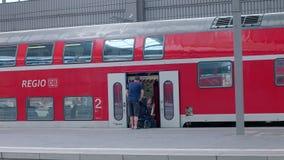 Munich, Alemania - 1 de junio de 2018: Pasajeros que suben al tren de Bahn de la región en Alemania