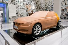 Munich, Alemania - 10 de marzo de 2016: Modelo del coche de la arcilla del concepto en la exposición del museo de BMW Imagen de archivo