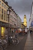 MUNICH, ALEMANIA - 29 de mayo de 2012: bicicletas en la calle Theatinerstrasse con la opinión sobre la iglesia de Theatine de St  Imagen de archivo libre de regalías