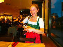 Munich, Alemania - 1 de mayo de 2017: Mujer joven como reina en Tracht bávaro tradicional en el restaurante o el pub Stubn con Imágenes de archivo libres de regalías