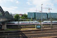 MUNICH, Alemania - 10 de mayo de 2018: Ferrocarril de Munich con los trenes, el puente y los edificios fotos de archivo