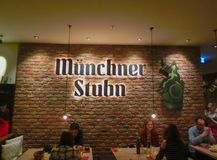 Munich, Alemania - 1 de mayo de 2017: La gente que descansa en Tracht bávaro tradicional en el restaurante o el pub Stubn con los Fotos de archivo libres de regalías