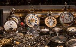 Munich, Alemania - 12 de octubre de 2016: Anticuario del escaparate En la ventana alineó con el reloj de bolsillo del vintage Fotografía de archivo libre de regalías