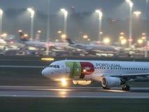Munich, Alemania/Gemany 5 de mayo de 2019: El avión de TAP Portugal está aterrizando en aeropuerto de MUC fotos de archivo libres de regalías