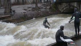 MUNICH, ALEMANIA: Gente que se divierte y que practica surf durante la inundación del río de Eisbach después de fuertes lluvias d