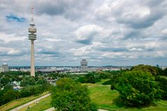 Munich, Alemania - 06 24 2018: Parque de Olympia en Munich con remolque de la TV imágenes de archivo libres de regalías