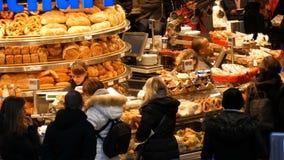 Munich, Allemagne - 2 décembre 2018 : Boulangerie à la gare ferroviaire principale à Munich clips vidéos