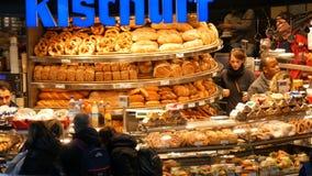 Munich, Allemagne - 2 décembre 2018 : Boulangerie à la gare ferroviaire principale à Munich banque de vidéos