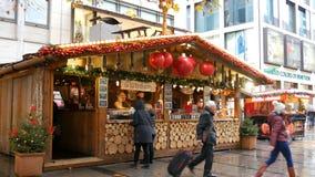 Munich, Allemagne - 2 décembre 2018 : Kiosque de Noël sous la pluie en laquelle du vin chaud est vendu banque de vidéos