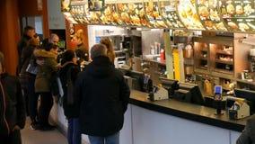 Munich, Allemagne - 2 décembre 2018 : La file d'attente des personnes qui restent avant le compteur et veulent acheter la nourrit clips vidéos