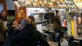 Munich, Allemagne - 2 décembre 2018 : La file d'attente des personnes qui restent avant le compteur et veulent acheter la nourrit banque de vidéos