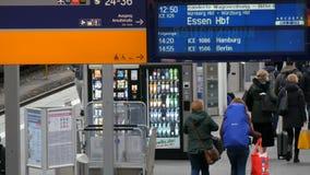 Munich, Allemagne - 2 décembre 2018 : Le panneau électronique des trains de arrivée et de départ est écrit en allemand rond banque de vidéos