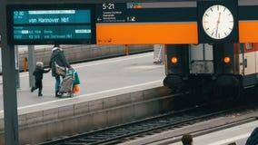 Munich, Allemagne - 2 décembre 2018 : Le panneau électronique des trains de arrivée et de départ est écrit en allemand rond clips vidéos