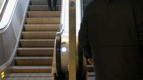 Munich, Allemagne - 2 décembre 2018 : Les gens s'élèvent sur les étapes de l'escalator banque de vidéos