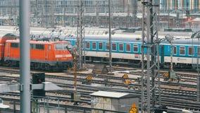 Munich, Allemagne - 2 décembre 2018 : Trains ferroviaires sur lesquels les trains montent sous la pluie près de la gare ferroviai banque de vidéos