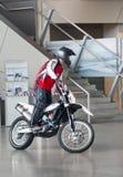MUNICH, ALLEMAGNE - 1ER JUIN 2012 : le motocycliste montre des tours et amuse des visiteurs à l'exposition du musée de BMW Photo stock