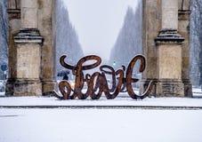 Munich, Allemagne - 17 février 2018 : Chez Victory Gate tient une sculpture montrant l'amour de lettre et du Photos stock