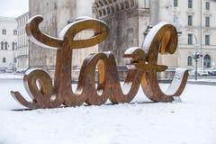 Munich, Allemagne - 17 février 2018 : Chez Victory Gate tient une sculpture montrant l'amour de lettre et du Image libre de droits