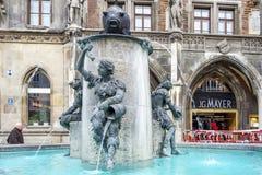 Munich, Allemagne - 15 février 2018 : L'eau découle de la fontaine célèbre de poissons sur Marienplatz Photos stock