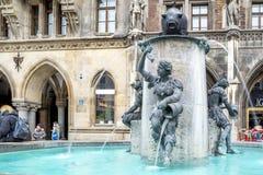 Munich, Allemagne - 15 février 2018 : L'eau découle de la fontaine célèbre de poissons sur Marienplatz Image stock