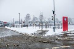 Munich, Allemagne - 18 février 2018 : Le campus de Bavière est couvert de neige après la tempête de neige photographie stock libre de droits
