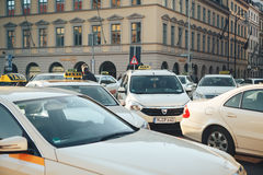 Munich, Allemagne, le 29 décembre 2016 : Beaucoup de taxis bavarois traditionnels chez l'Odeonsplatz ajustent au centre de Munich Photo libre de droits