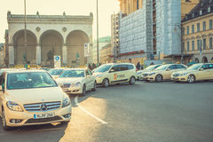 Munich, Allemagne, le 29 décembre 2016 : Beaucoup de taxis bavarois traditionnels chez l'Odeonsplatz ajustent au centre de Munich Images libres de droits