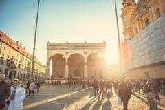 Munich, Allemagne, le 29 décembre 2016 : L'Odeonsplatz est un secteur au centre de Munich Vie quotidienne à Munich Beaucoup Photographie stock