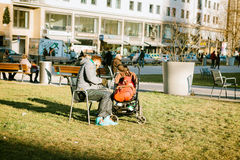 Munich, Allemagne, le 29 décembre 2016 : Le père marche avec un petit enfant dans une poussette en parc au centre de Munich Photo libre de droits