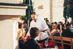 Munich, Allemagne, le 29 décembre 2016 : Populaire parmi la population locale et les touristes est le restaurant en plein air sur Photographie stock libre de droits