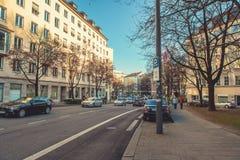 Munich, Allemagne, le 29 décembre 2016 : Voitures sur la rue à Munich La vie de ville Vie quotidienne en Europe lifestyle Image libre de droits