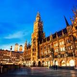 Munich, Allemagne Marienplatz la nuit avec hôtel de ville images stock