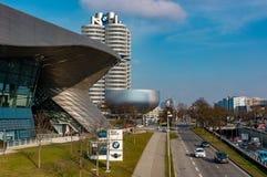 Munich, Allemagne - 10 mars 2016 : Le point de repère à quatre cylindres de Munich de tour de BMW qui sert de monde siège pour Photos libres de droits