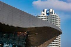 Munich, Allemagne - 10 mars 2016 : Le point de repère à quatre cylindres de Munich de tour de BMW qui sert de monde siège pour Photo stock