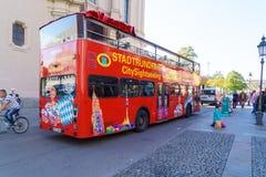 Munich, Allemagne - 20 octobre 2017 : Autobus de touristes pour la visite touristique photo stock