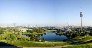 MUNICH, ALLEMAGNE - 13 septembre 2016 : Panorama de parc olympique avec la TV-tour Photo stock