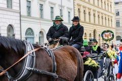 MUNICH, BAVIÈRE, ALLEMAGNE - 13 MARS 2016 : fermez-vous sur des couples dans un chariot de cheval au défilé de jour du ` s de St  Image stock