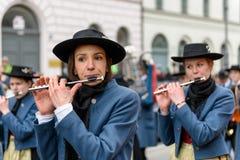 MUNICH, BAVIÈRE, ALLEMAGNE - 13 MARS 2016 : Fermez-vous sur la femme jouant la cannelure transversale au défilé de jour du ` s de Photo stock