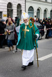 MUNICH, BAVIÈRE, ALLEMAGNE - 13 MARS 2016 : le vieil homme déguisé en tant qu'évêque irlandais au jour du ` s de St Patrick défil Photos stock